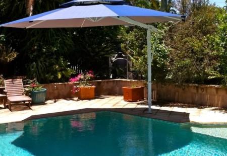 Octagonal 4.5m Pool Umbrella, White/Navy blue