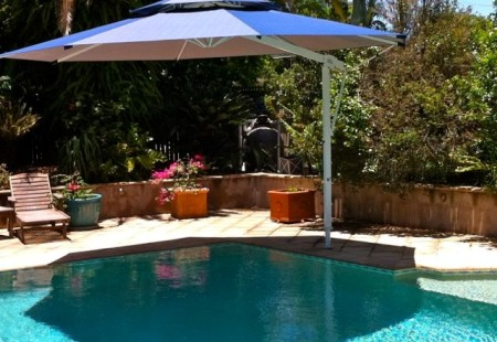 Octagonal 4.5m Pool Umbrella, White/Navy blue